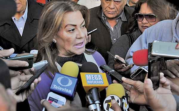 Juana Leticia Herrera Ale, presidenta municipal de Gómez Palacio, tomará el PRI estatal con los porros que utiliza para despojar de periódicos a los voceadores de los medios de comunicación que publican denuncias en su contra.