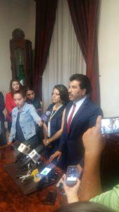 Dr. José Ramón Enríquez Herrera, alcalde de Durango, anunciando la renuncia de los dos altos funcionarios de su gobierno.