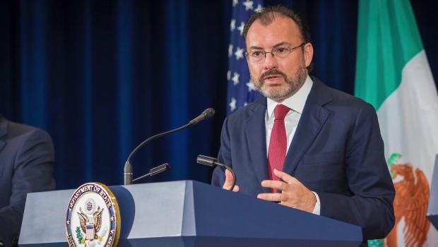 Luis Videgaray, lacayo secretario de Relaciones Exteriores. La política internacional mexicana por los suelos y al servicio del imperio estadounidense.