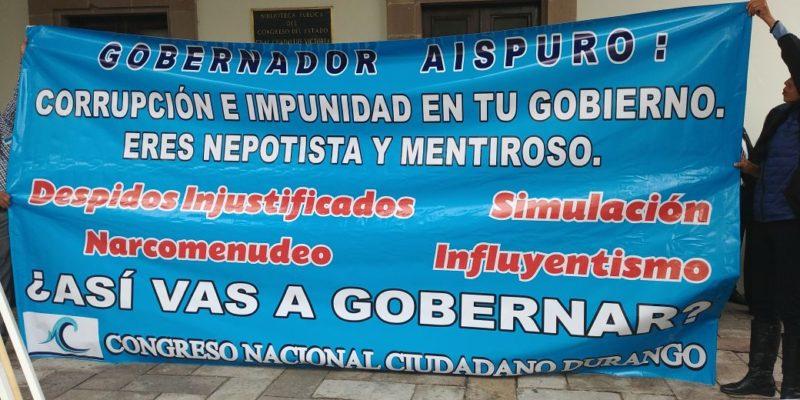 La lona que fue robada por personal del gobierno estatal al servicio del gobernador de Durango, José Aispuro Torres.