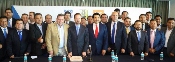 Parte del numeroso contingente de alcaldes de la República mexicana que solicitan al INE su participación para organizar la elección del candidato presidencial del Frente Ciudadano por México.
