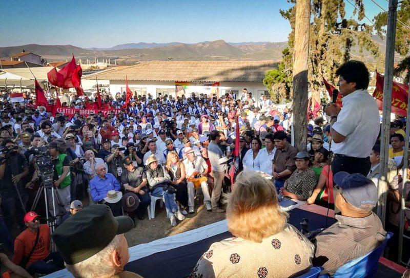 El presidente boliviano Evo Morales, rindiendo homenaje al Che Guevara en la comunidad de Vallegrande, lugar donde fue asesinado el célebre guerrillero.